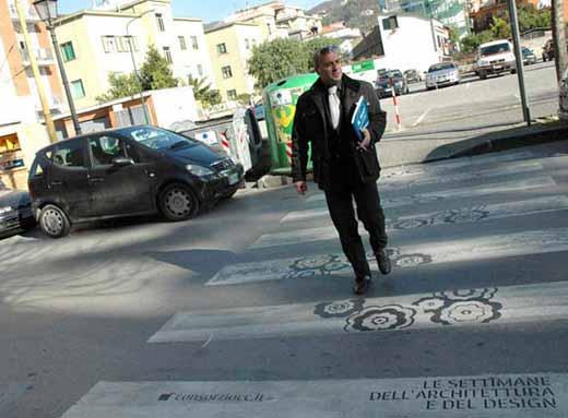 Необычная реклама на пешеходном переходе