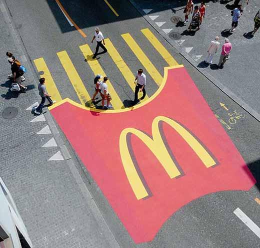 Реклама картошки фри от McDonald's на пешеходных переходах