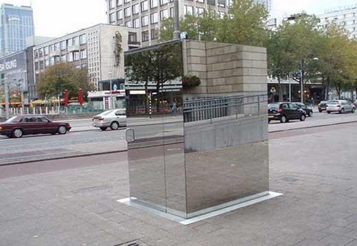 Зеркальный дизайнерский туалет с видом на город Лондон
