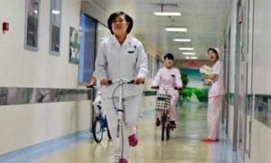 Китайская логистика: по коридору больницы — на самокате!
