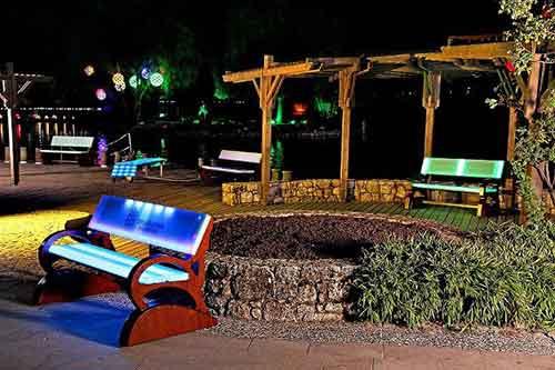 Скамейки из светодиодных панелей