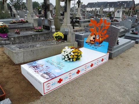 разноцветные надгробия
