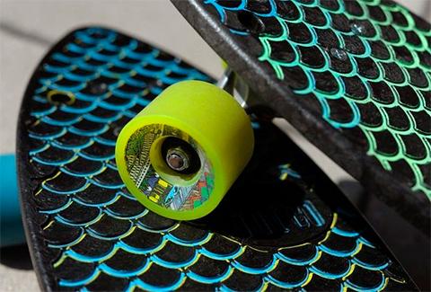 скейтборд из мусора
